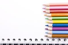 Bleistifte und Notizbuch Lizenzfreie Stockfotografie