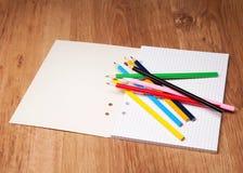 Bleistifte und Notizbuch Lizenzfreies Stockfoto