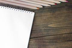 Bleistifte und Notizbuch Lizenzfreie Stockbilder