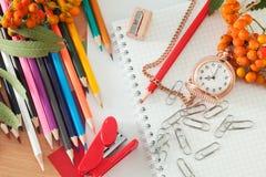Bleistifte und Notizbuch Stockfoto