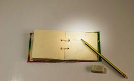 Bleistifte und Notizbuch Stockfotografie