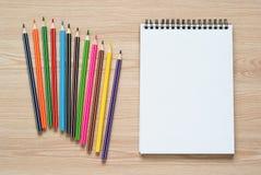 Bleistifte und Notizbuch auf einem Schreibtisch Stockfotos