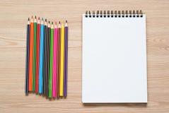 Bleistifte und Notizbuch auf einem Schreibtisch Stockbild