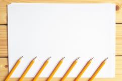 Bleistifte und Papier Lizenzfreie Stockfotografie