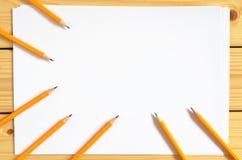 Bleistifte und Papier Lizenzfreie Stockfotos