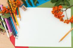 Bleistifte und Papier auf dem Tisch Stockfoto