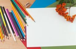 Bleistifte und Papier auf dem Tisch Lizenzfreie Stockfotografie