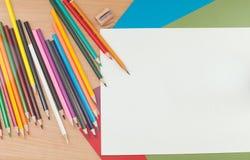 Bleistifte und Papier auf dem Tisch Stockfotografie