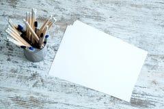 Bleistifte und Papier auf einem hölzernen Desktop Stockfotografie