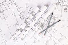 Bleistifte und Papiertechnik bringen Zeichnungen und Pläne unter Lizenzfreie Stockfotos
