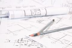 Bleistifte und Papiertechnik bringen Zeichnungen und Pläne unter Lizenzfreie Stockfotografie
