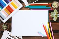 Bleistifte und Pastelle verbreiteten heraus auf einer dunklen Tabelle Weißer Leerbeleg für Text Stockfoto