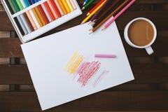 Bleistifte und Pastelle verbreiteten heraus auf einer dunklen Tabelle Weißer Leerbeleg für Text Lizenzfreie Stockfotografie
