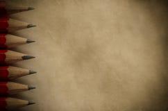 Bleistifte und Pergament-Hintergrund Lizenzfreie Stockfotografie