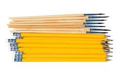 Bleistifte und Pinsel getrennt auf Weiß Stockbilder
