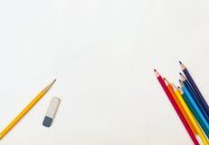 Bleistifte und Radiergummi auf dem Papier Lizenzfreie Stockfotografie