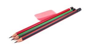 Bleistifte und Radiergummi auf einem weißen Hintergrund Lizenzfreie Stockfotos