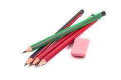 Bleistifte und Radiergummi auf einem weißen Hintergrund Lizenzfreie Stockfotografie