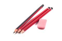 Bleistifte und Radiergummi auf einem weißen Hintergrund Stockfoto