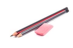 Bleistifte und Radiergummi auf einem weißen Hintergrund Lizenzfreie Stockbilder