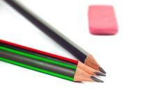 Bleistifte und Radiergummi auf einem weißen Hintergrund Stockfotos