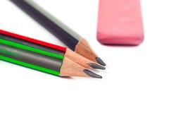 Bleistifte und Radiergummi auf einem weißen Hintergrund Stockbilder