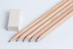 Bleistifte und Radiergummi auf Notizbuchseite Lizenzfreies Stockfoto
