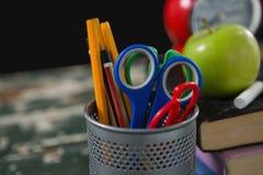 Bleistifte und Scheren im Halter Lizenzfreies Stockbild