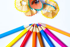 Bleistifte und Schnitzel auf weißem Hintergrund Stockbilder