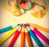 Bleistifte und Schnitzel auf weißem Hintergrund Lizenzfreie Stockbilder