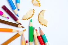 Bleistifte und Schnitzel auf weißem Hintergrund mit Kopie sperren, nah Lizenzfreie Stockfotos