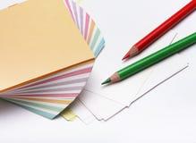 Bleistifte und Stapel Papier Lizenzfreie Stockfotografie