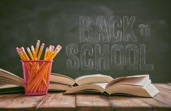 Bleistifte und Stapel von Büchern Lizenzfreie Stockfotos