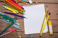 Bleistifte und Stiftstudent mit einem Notizbuch Stockfoto