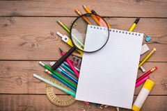 Bleistifte und Stiftstudent mit einem Notizbuch Lizenzfreie Stockbilder