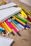 Bleistifte und Stiftstudent mit einem Notizbuch Lizenzfreie Stockfotos