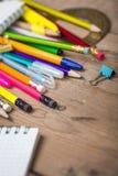Bleistifte und Stiftstudent mit einem Notizbuch Stockfotos