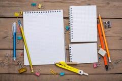 Bleistifte und Stiftstudent mit einem Notizbuch Stockfotografie