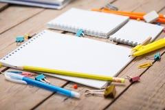 Bleistifte und Stiftstudent mit einem Notizbuch Lizenzfreies Stockbild