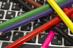 Bleistifte und Tastatur Lizenzfreies Stockfoto