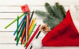 Bleistifte und Weihnachtsgeschenke Lizenzfreie Stockbilder