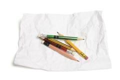 Bleistifte und zerknittertes Papier Lizenzfreie Stockbilder