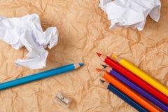 Bleistifte und zerknittertes Papier Lizenzfreie Stockfotos