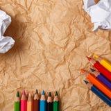 Bleistifte und zerknittertes Papier Stockfoto