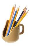 Bleistifte in unterbrochenem Becher Stockbilder