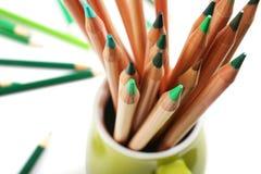 Bleistifte von grünen Schatten in der Schale Lizenzfreie Stockfotos