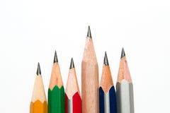 Bleistifte von verschiedenen Farben auf einem Weiß Stockbilder