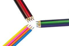 Bleistifte von verschiedenen Farben liegen auf einem weißen Hintergrund Lizenzfreies Stockfoto