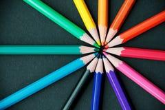 Bleistifte von verschiedenen Farben schließen oben Stockfoto