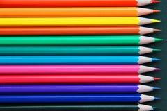 Bleistifte von verschiedenen Farben schließen oben Stockbild